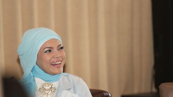 Pakai Jilbab, Dewi Sandra Gak Mau Menggoda Lagi