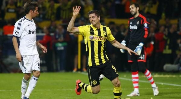 Selebrasi Robert Lewandowski usai mencetak gol keempatnya ke gawang Madrid. (Foto: Reuters)