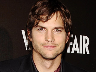 Demi Fans, Ashton Kutcher Bertengkar dengan Petugas Keamanan