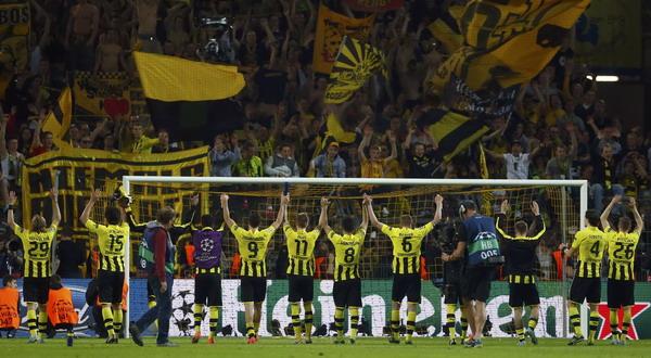 Para pemain Borussia Dortmund saat merayakan kemenangan di leg pertama (foto: Reuters)