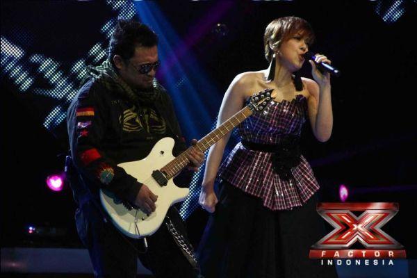 Novita Dewi diiringi gitaris Baron di Gala Show 10 (Foto: Arif/okezone)
