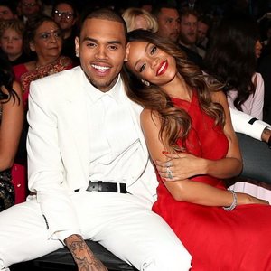 Chris Brown Cuek Ditentang Ayah Pacari Rihanna Lagi