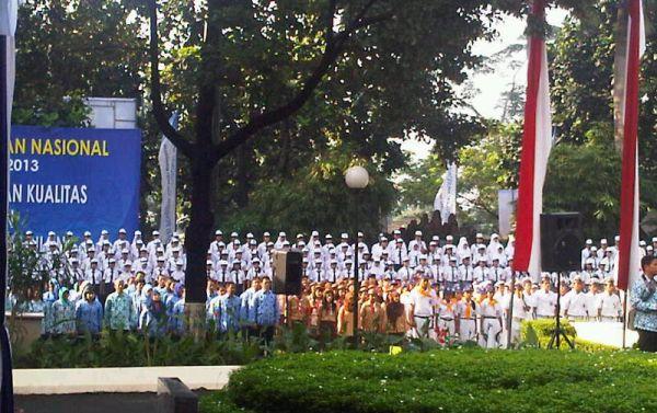 Mendikbud Mohammad Nuh memperingati Hardiknas bersama karyawan Kemendikbud dan pelajar. (Foto: Rachmad Faisal/Okezone)