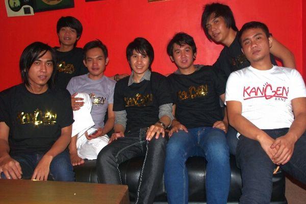 Reyhan (paling tengah) vokalis baru Kangen Band (Foto: Rama/okezone)