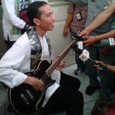 Gubernur DKI Jakarta Joko Widodo pamer gitar bass pemberian bassist Metallica, Robert Trujillo(Foto: Angkasa/okezone)