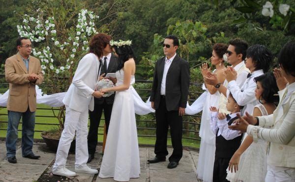 Gisel dicium keningnya oleh Evan saat berperan jadi pengantin di video klip 'Will You Marry Me' milik band Zodiac