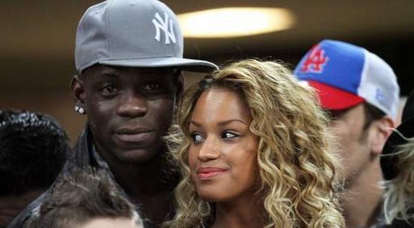 Balotelli mengumbar kemesraan dengan kekasihnya Fanny Neguesha (Foto: 7sur7)