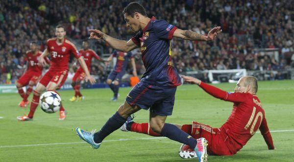 Adriano saat pertandingan melawan Bayern Munich. (Reuters)