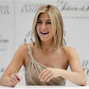 Pakai Gaun Bergelombang, Jennifer Aniston Dikira Hamil