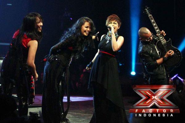Novita Dewi duet dengan Kotak pada Gala Show 9 (Foto: Arif/okezone)