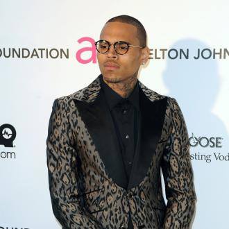 Banyak Asap, Jet Pribadi Chris Brown Mendarat Darurat