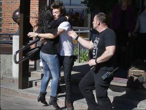 Waduh, Harry Styles Nyaris Mati Dipeluk Fans!