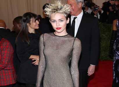 Hiii.. Miley Cyrus Pernah Tinggal di Rumah Hantu