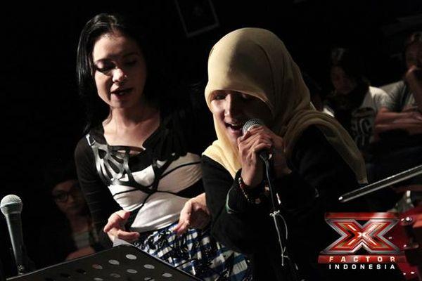 Rossa melatih vokal Fatin di studio (Foto: Luthfi/okezone)