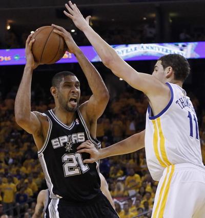 Aksi Tim Duncan (kiri) saat membawa Spurs menang atas Warriors (Foto: Reuters)
