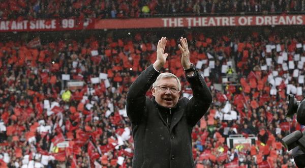 Sir Alex Ferguson dalam menyambut riuh para publik Old Trafford di laga terakhirnya. (Foto: Reuters)