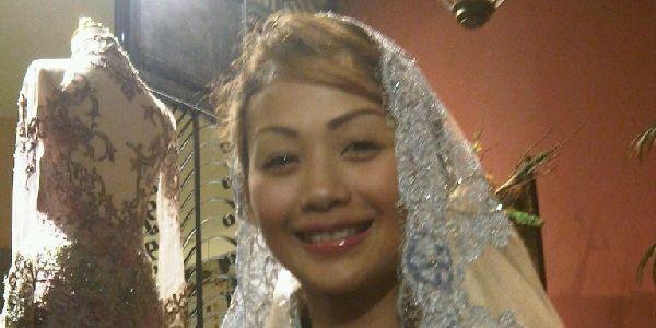 Ajak Anak Syuting Stripping, Indah Kalalo Gelar Tikar