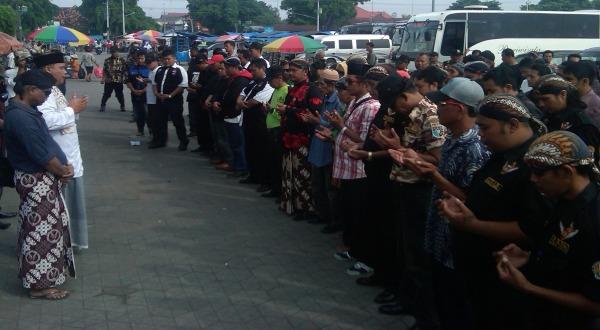 Ratusan warga doa bersama sebelum berangkat ke Mapomdam (Foto: Maha Deva/Koran Sindo)