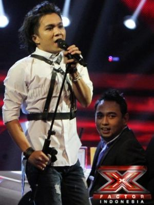 Alex Rudiart saat tampil di Gala Show 6 X Factor Indonesia (Foto: Arief/okezone)