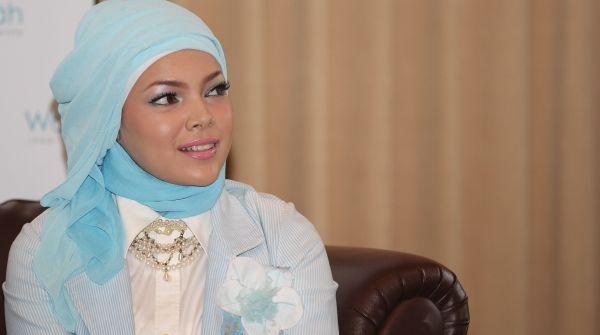 Dewi Sandra Stres Gak Bisa Pakai Rok Mini Lagi