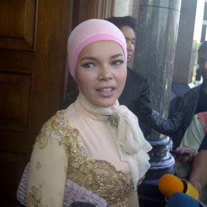 Berjilbab, Dewi Sandra Frustasi Siapkan Pakaian