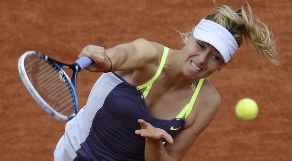 Salah satu aksi Maria Sharapova saat menghadapi Zheng Jie (Foto: Reuters)