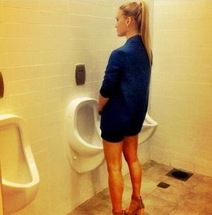 Dukung Kesetaraan, Bar Refaeli Pipis di Toilet Pria