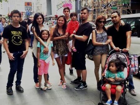 Mulan Jameela & Safeea Temani Ahmad Dhani di Hong Kong