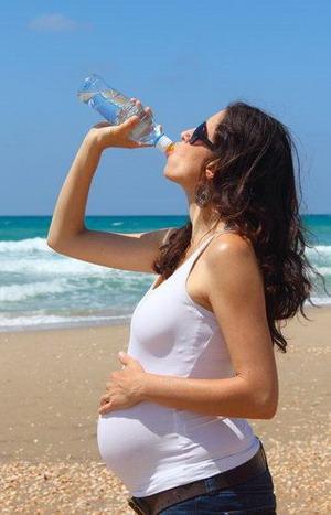 Minum dari Botol Plastik, Bumil Berisiko Kanker?