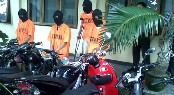 Pelaku curanmor keluaran terbaru di kantor polisi (Prabowo/Okezone)