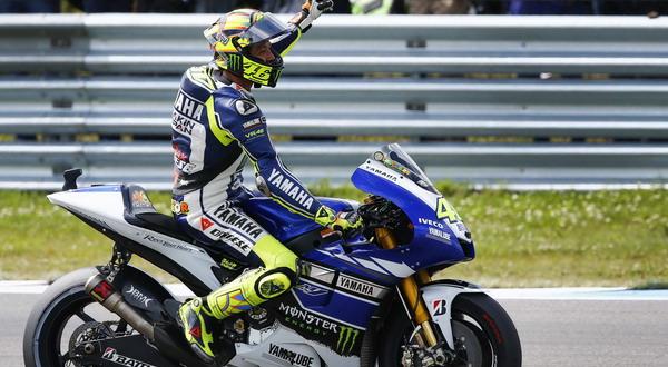 Valentino Rossi usai memenangi balapan di Sirkuit Assen (Foto: Reuters)