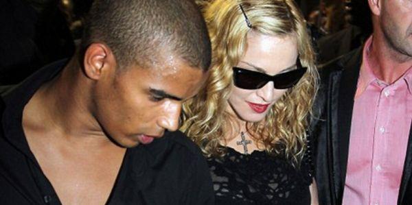 Madonna Umbar Ciuman dengan Pacar Berondongnya