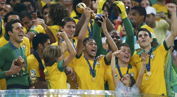 Pemain Brasil mengangkat trofi juara Piala Konfederasi (Foto: Reuters)