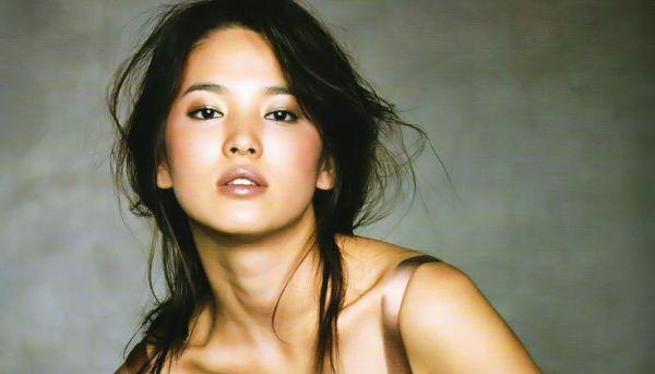 Ingin Dekat dengan Song Hye Gyo, Fans Rusak Eskalator