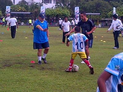 Diego Maradona melakukan coaching clinic.(foto:Nurul Arifin)
