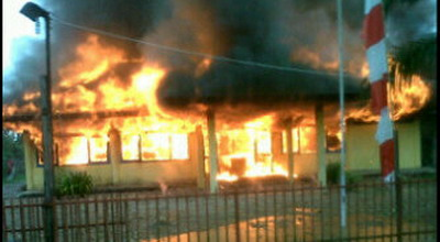Mapolsek Rupit dibakar massa (Foto: Era Neizma/Sindo TV)