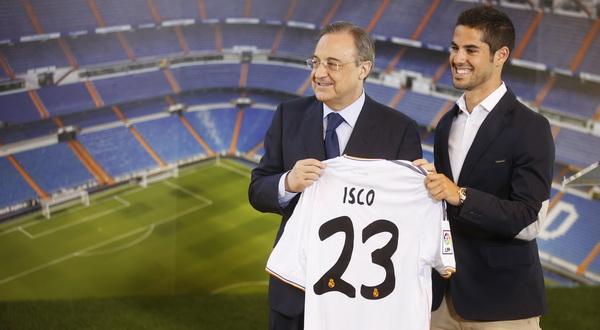 Isco bersama Florentino Peres memperlihatkan kostum yang akan dipakai. (Foto: Reuters)