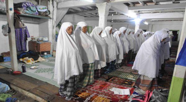 Tarekat Naqsabandiyah Salat Tarawih (Foto: Rus Akbar/Okezone)