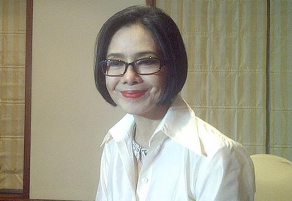 Tiap Malam Jumat, Poppy Dharsono Nyekar ke Makam Moerdiono