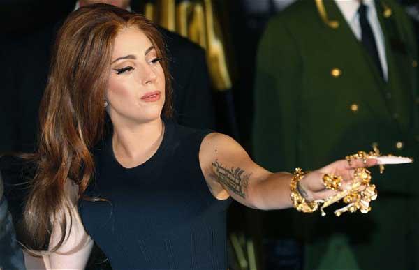 Lady Gaga Cuek Jalan-Jalan Hanya Pakai Bra