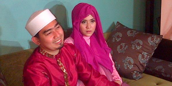 Hamil, April Jasmine Ingin Selalu Dimanja Ustadz Solmed