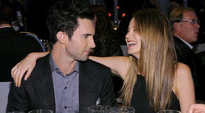 Adam Levine Tunangan dengan Model Victoria