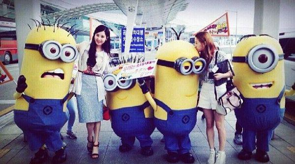 "Taeyeon dan Soehyun ""SNSD"" Foto Bareng Minion"