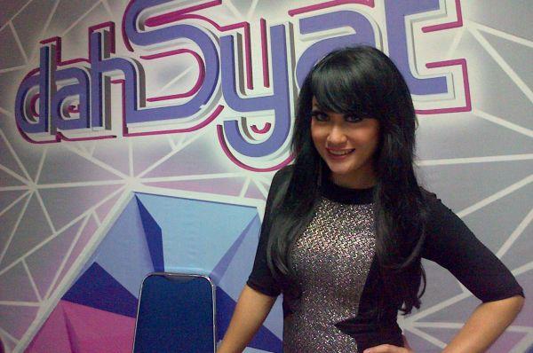 Sisca Dewi Sibuk Nyanyi & Nyaleg