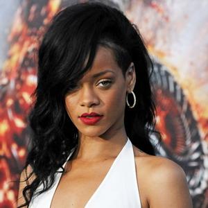 Keluar Hotel, Rihanna Cuek Pamer Payudara
