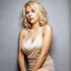 Pakai Cincin Mewah, Scarlett Johansson Tunangan?