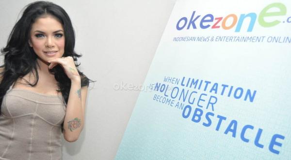 Bersimbah Darah, Nikita Mirzani Sambangi Mapolrestabes Bandung