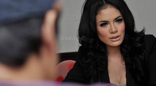 Diantar Pria Bule, Nikita Jalani Pemeriksaan di Mapolrestabes Bandung