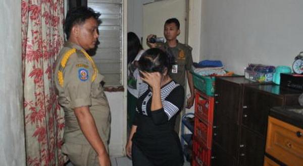Petugas mengamankan wanita penjaja seks di panti pijat (Foto: Amba D/Okezone)