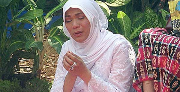 Dorce Gamalama Tahan Tangis di Rumah Kris Biantoro